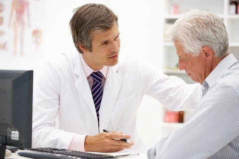 Doctor discusses radiotherapy for mesothelioma with patient